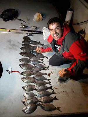 pesca de xargos desde lancha de alquiler